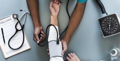 En esta imagen se ve como un doctor toma la presón sanguínea a un paciente. Es un símil de medir la salud de nuestra situación financiera a través de este Test.