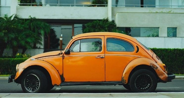 Foto de un Wolkswagen escarabajo viejo ( Símbolo de la habilidad de Ahorrar) aparcado en una ciudad cualquiera. auladefinanzaspersonales.com